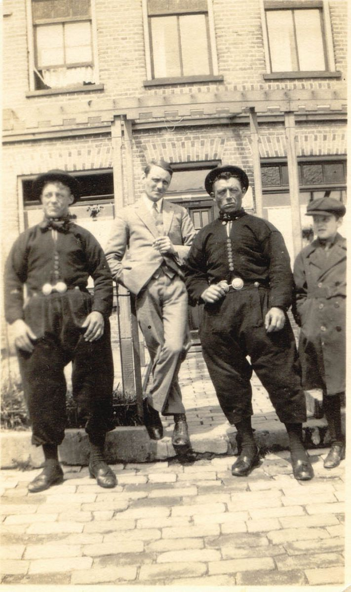 Willem Arondéus, artist and resistance fighter, in the 1930s with two fishermen